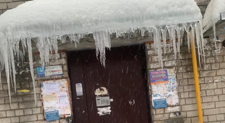 Поздно спохватились: в Нижнем Новгороде начали счищать снег только после гибели женщины