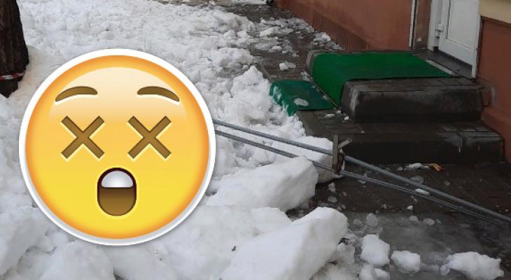 Снег сорвал с крыши на Пожалостина снегозадержатель: реакция мэрии