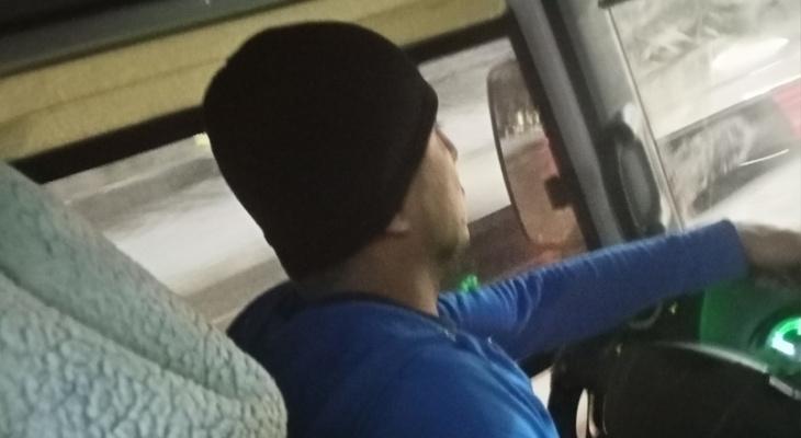 Хам за рулём: водитель рязанской маршрутки материл пассажиров и обвинял их в поломке двери