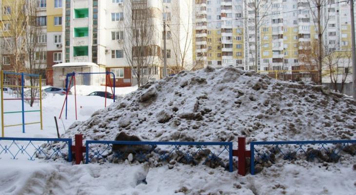 Народный контроль: коммунальщики свалили грязный снег на детскую площадку