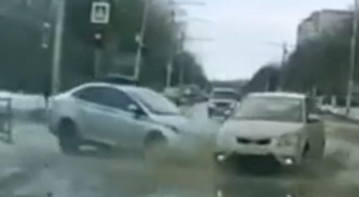 Ехал без проблесковых: автомобиль ДПС врезался в легковушку