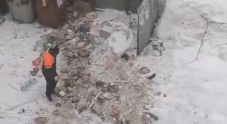 Полигоны не нужны: мусоровоз вывалил груз на рязанскую парковку