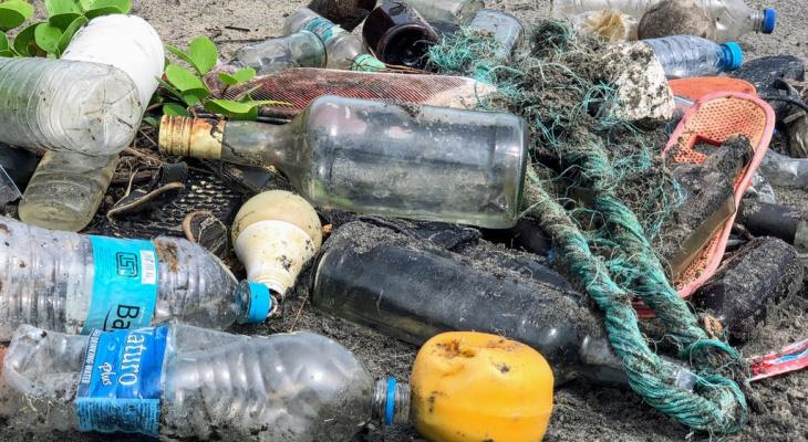 Вонь на всю улицу: в Мервино местные жители организовали собственную мусорку