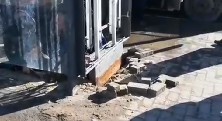 Дождались: остановку на Дом художника ремонтируют