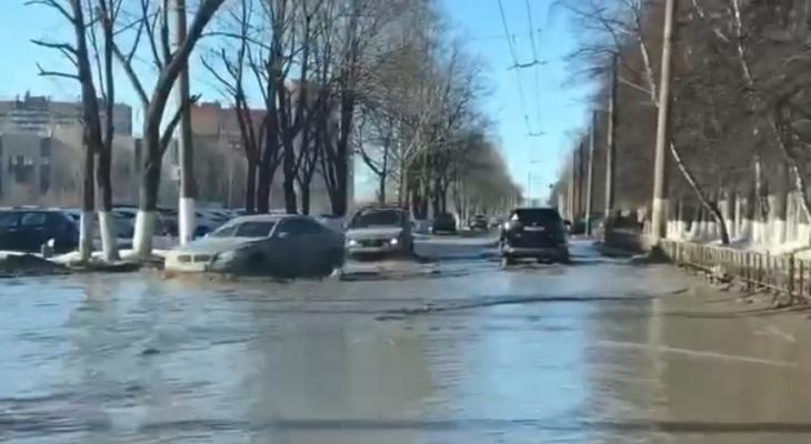 Долгожданная весна: в Рязани талым снегом затопило проезд Шабулина