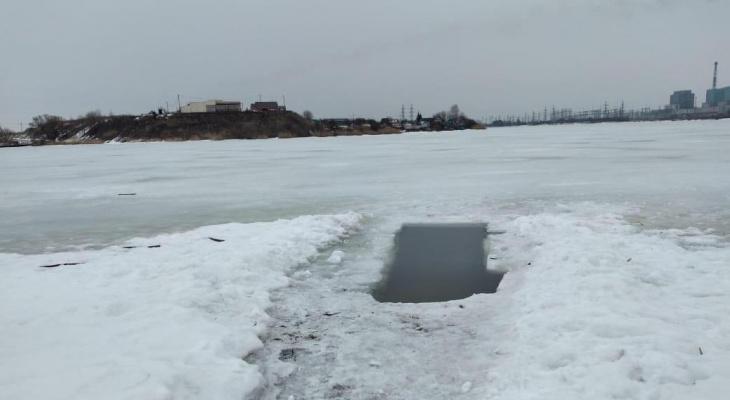 Живы, здоровы: ухоловские рыбаки провалились под лед