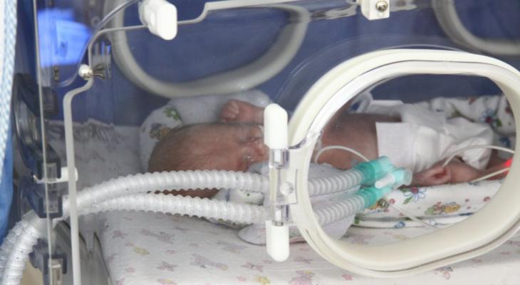 Только пара часов на спасение: рязанские врачи экстренно прооперировали новорожденного малыша