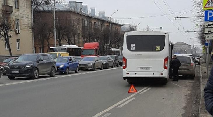 Только тронулся с конечной: на Куйбышевском шоссе столкнулись маршрутка и легковушка