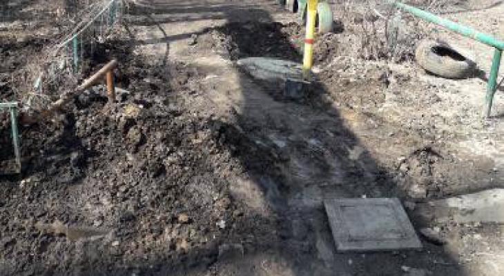 Грязи по колено: на улице Юбилейной рабочие раскопали тротуар