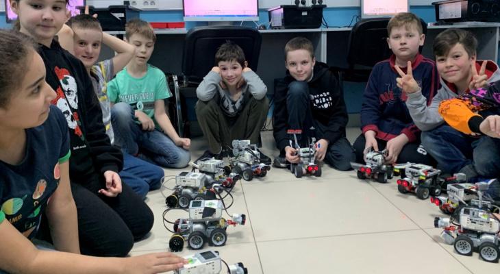 Не в телефоне сидеть, а роботов собирать. Как рязанские дети проводят лето в «Технолагере»