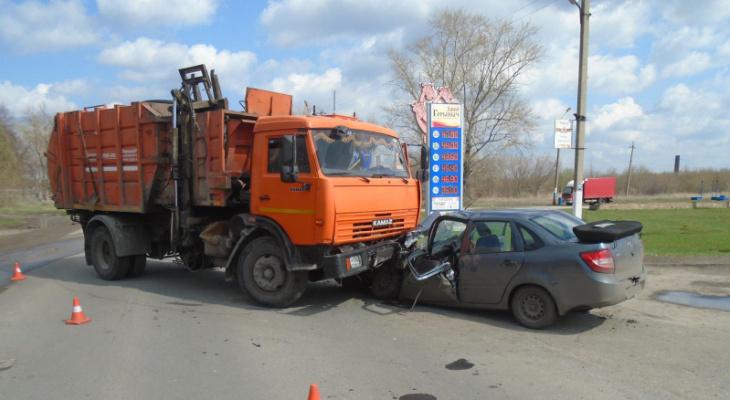 Раздавил капот: в Ряжске машина влетела под мусоровоз
