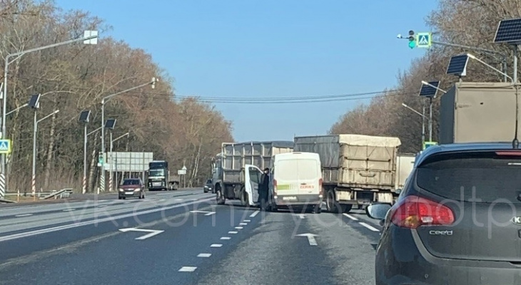 "Движение затруднено: на трассе М5 столкнулись ""КАМАЗ"" и микроавтобус"