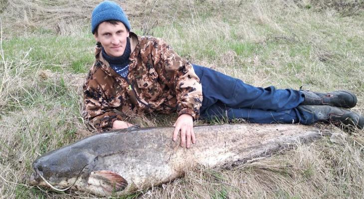 Даже не взвесили: рязанец поймал огромного сома