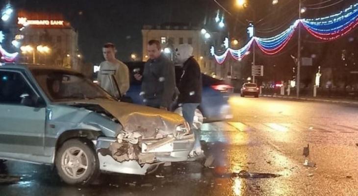 Чудо: в ночной аварии на площади Ленина никто не пострадал