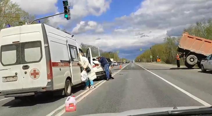 Возле деревни Секиотово грузовик столкнулся с легковушкой: жуткое видео