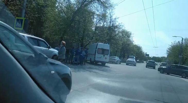 Врачи оказывают помощь: аварию на Есенина засняли на видео
