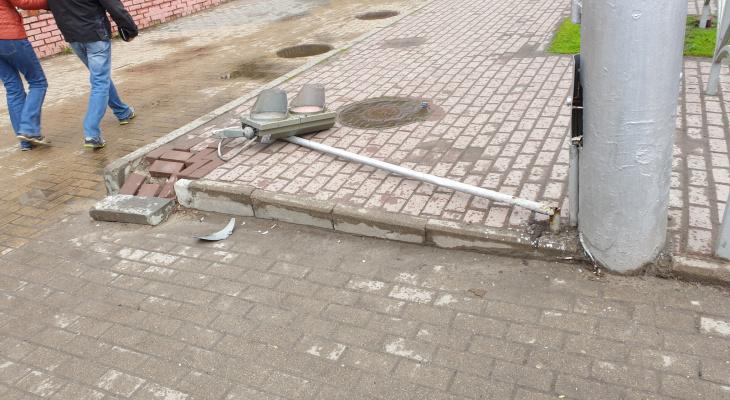 Не выдержал груза ответственности: в центре Рязани рухнул светофор