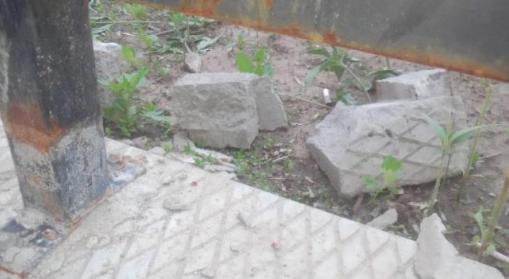 Народный контроль: на Мехзавода вандалы ломают ограду мостика