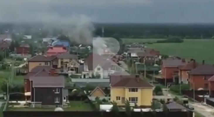 Пожар на Станкозаводской: пожарные спасают частный дом