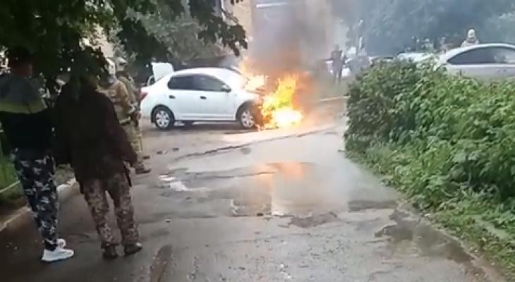 Очевидец: на улице Вокзальной горит машина