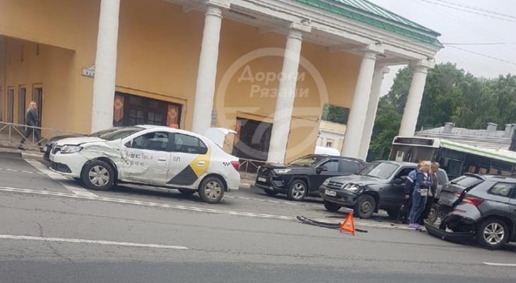 Без пострадавших: около рязанской филармонии столкнулись четыре машины