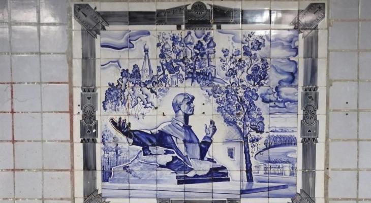 """Артефакты древних времён: в переходе у """"Барса"""" нашли советские росписи"""