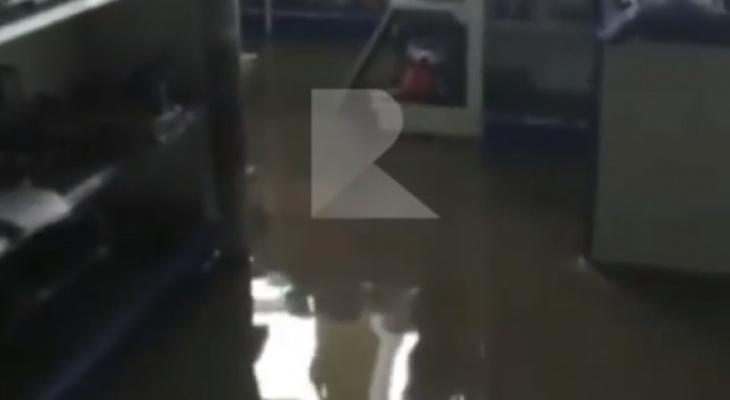 Море разливанное: появилось видео, снятое внутри затопленного магазина в Рязани