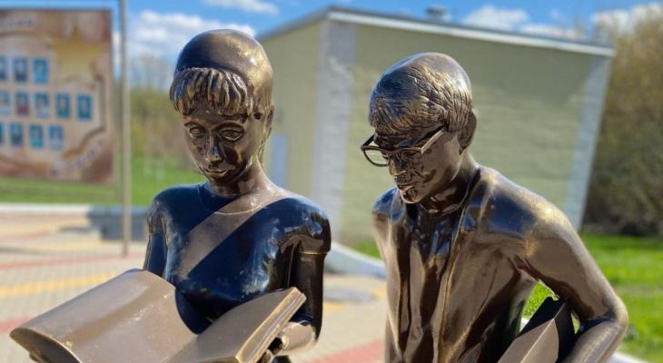 В Белгородской области поставили странный памятник Шурику и Лиде. Сравниваем с рязанским