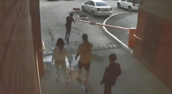 Хулиганы: группа подростков сломала шлагбаум на Затинной