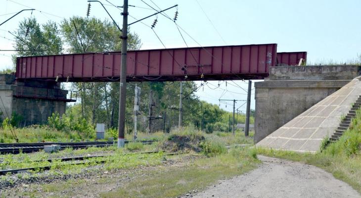 Упала с пятиметровой высоты: 14-летняя девочка получила травмы на заброшенной железной дороге