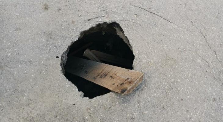 Это провал: на Октябрьской улице образовалась глубокая дыра