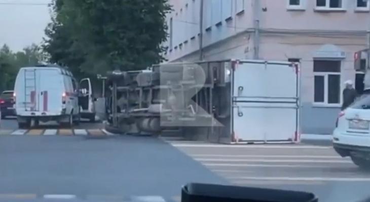 Работает МЧС: в центре Рязани перевернулся грузовик