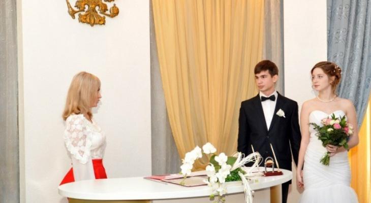 Только по желанию: россиянам разрешили не ставить в паспорте штамп о браке