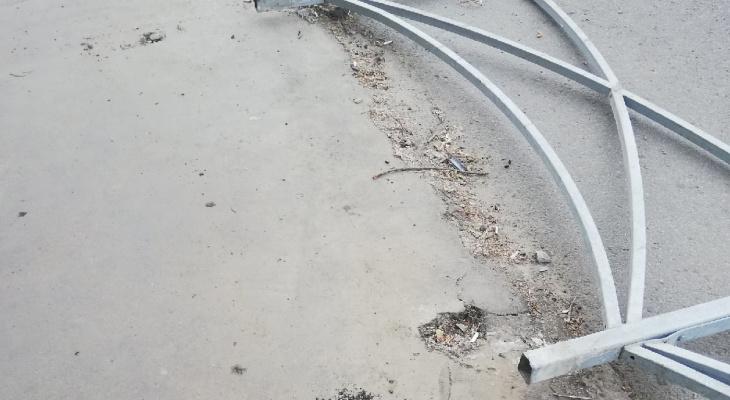 Полгода не простояло: на Островского упало дорожное ограждение