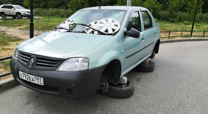 На понятном языке: рязанцы сняли колеса с неправильно припаркованной машины