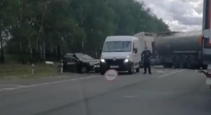 Двое пострадавших: под Рязань столкнулись бензовоз и кроссовер