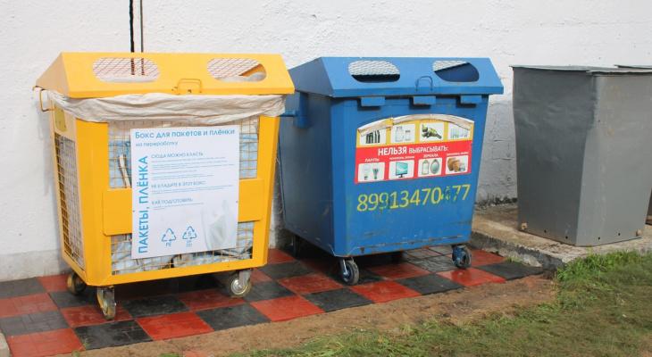 Рязанец обустроил мусорную площадку возле ТЦ плиткой, сделанной из пакетов