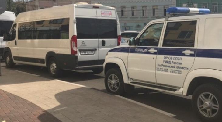 Грозит 8 лет: сотрудник миграционного контроля попался на взятке