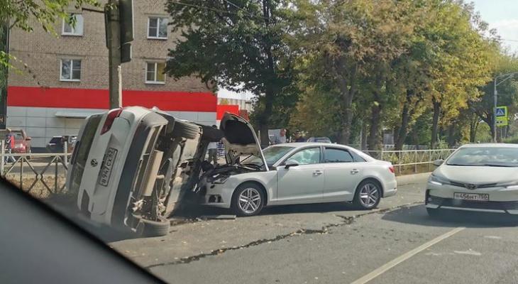 Авария в Рязани: Фольксваген опрокинулся на бок