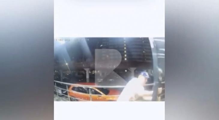 Осторожно, Халк: в рязанском ЖК выломали дверь в подъезд