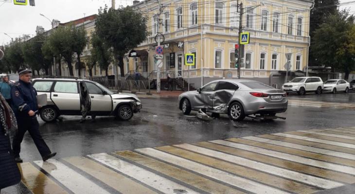 Виновник аварии возле Политеха промчался на красный сигнал светофора