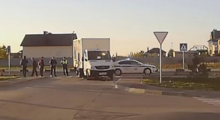 Двигался по тротуару: в Рыбном мотоциклист врезался в грузовик