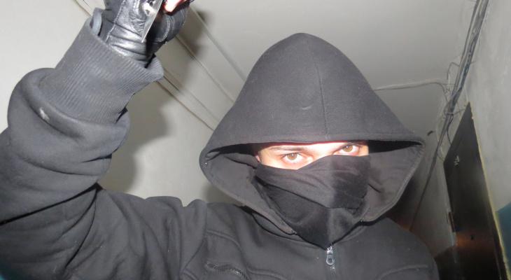 Необычная кража: Через дырку в потолке рязанец вытащил из квартиры деньги и технику