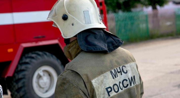 Ночью на улице Коняева пожарные тушили старый сарай