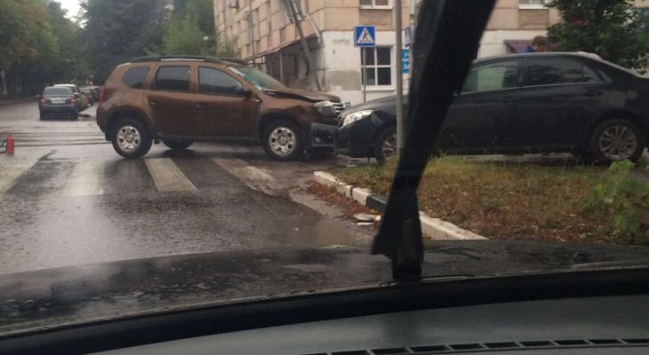 ДТП на Островского - столкнулись Рено и Тойота