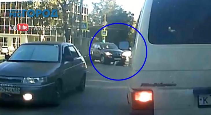 В Рязани внедорожник вылетел на тротуар и сбил двух пожилых женщин - видео