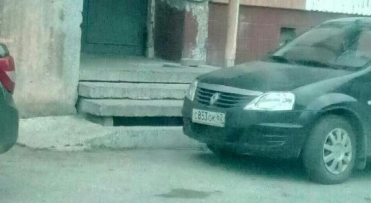 Когда ты в городе один: женщина-водитель заблокировала машиной выход из подъезда
