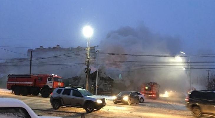 Пожар на улице Есенина в Рязани: горит деревянный дом