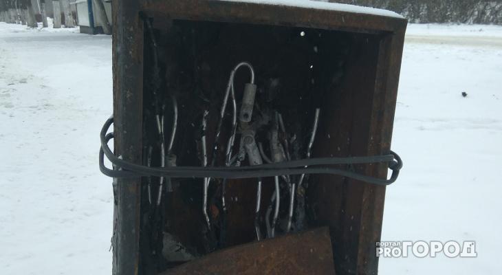 Народный контроль: раскуроченный электрощит на Московском шоссе - опасно!