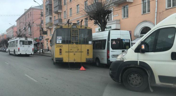Курьез дня - троллейбус подрезал маршрутку и спровоцировал ДТП